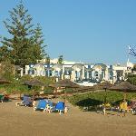 uno dei ristoranti visto dalla spiaggia