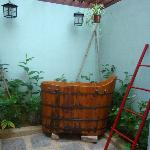 23 Love Lane: Anglo-Indian Garden Bathroom