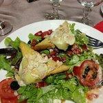 très bonne salade chèvre chaud ,miel et amandes