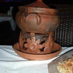 Köttet blir underbart mört när den tillreds o serveras i den här lerkrukan.