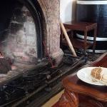 ピートが燃える暖炉の前でアフタヌーンティ。