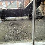 Utsikt fra rommet til fugleskitt og sigarettstumper på taket rett utenfor!