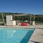 Pool mit Sonnensegeln und Kühlschrank