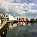 Passeggiata dall'albergo lungo il porto
