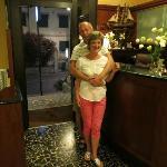 на ресепшн отеля Candido в прекрасном настроении