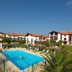 L'hôtel, la piscine et le parc.