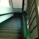 tienes que subir tu equipaje por esta escalera