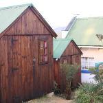 Holzhütten auf dem Gelände