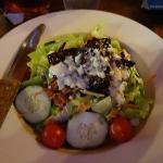 サラダ。乗っている肉が堅くて、ジャーキーみたい。