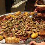 La Tagliata di manzo con i funghi trifolati e le patate al forno