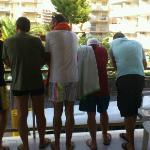 Los Indecisos asomados en el balcon