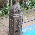 une des 6 jolies lanternes entourant la piscine
