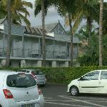 La façade arrière et le parking