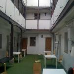 patio interior tipico madrileño, da acceso a todas las habitacione: se puede comer, estar con el