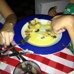 Raviolis de queso con salsa y tocineta.