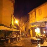 Straße mit Cafés am Abend