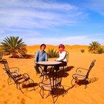 砂漠に置いてあるテーブル