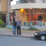 Frente al Hotel con un colega