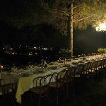 Tavolata in giardino per un evento serale