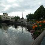Vista del puente y la plaza