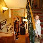 Лестница. Внизу ресепшн и ресторан, наверху комнаты.