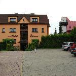 Отель со стороны парковки