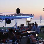 le bar devant la plage à l'heure de l'apéritif