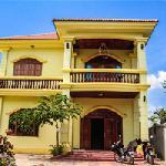 Photo de The Big Yellow House