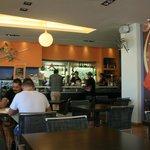 Moderno ristorante con buon cibo e servizio veloce.