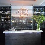 El bar, moderno y provisto de muy buenos vinos