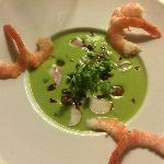 Soupe froide petits pois avec nage de radis, crevettes et petoncles