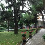 Jardines del hotel-al fondo a la izquierda se encuentra la piscina