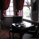 Tisch mit 2 Sesseln