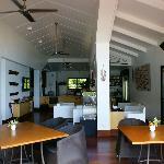 Sala da pranzo con soggiorno e bar