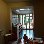 la zona cucina e poi l'esterno visto dai tavolini della colazione