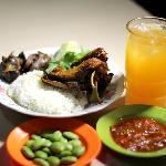 Nasi, dada, ampela, hati, sambal, pete, timun, kemangi, es jeruk manis. (Rice, duck breast, gizz