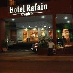 Frente iluminado del hotel