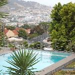 Ein Blick von der Terrasse auf den Pool....und Tamboerskloof