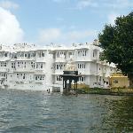 L'hotel visto dal Lago Pichola
