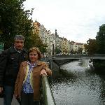 Carmen & Daniel y el río Moldova en Praga