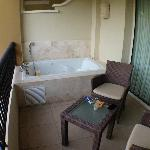 Small tub/Jacuzzi on balcony (Junior Deluxe Suite)