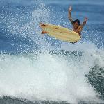 Rasty surfeando una de sus tablas de madera balsa.
