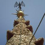 Terminación de la cúpula con aguja y un murciélago que cubre el salón central