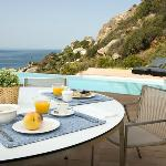Desayuno en la piscina