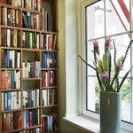 Bibliothek im Empfangsbereich