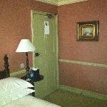 La habitación tiene detalles rococó, pero está bien conservada