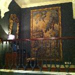 Mucha alfombra en un hotel de interior antiguo