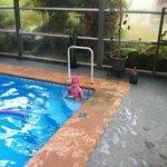 Mi hija en la piscina temperada