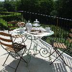 à l'heure du petit déjeuner sur la terrasse