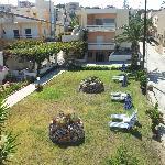 Ogród pomiędzy budynkami hotelu
